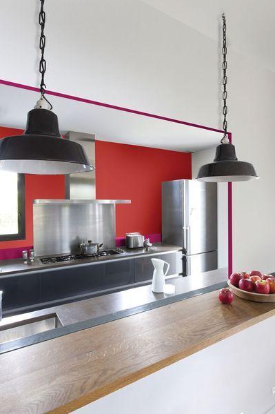 couleurs meubles boisgris sur mur rouge piment