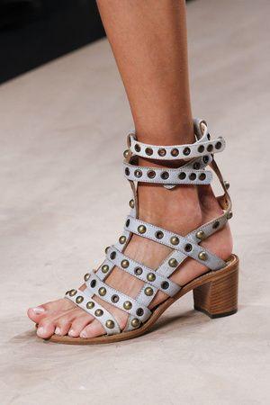 Sandálias de Isabel Marant têm tudo pra ser o acessório do verão: gladiadoras, presas no tornozelo e com tachas!...