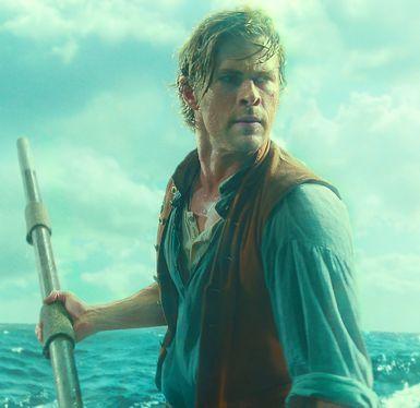 Heart of the Sea Chris Hemsworth está no barco aberto com arpão baleia na mão direita