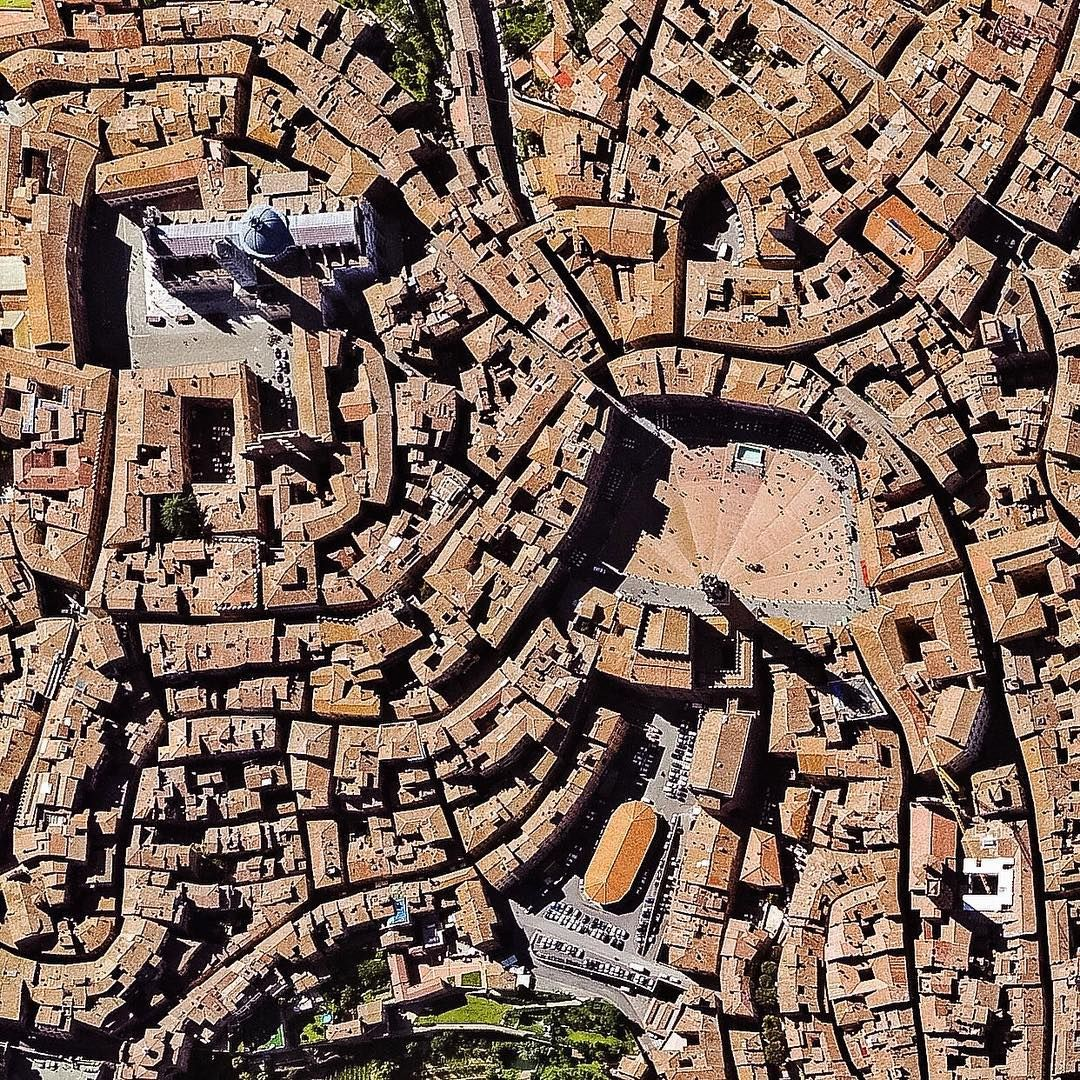 Piazza Del Campo And Piazza Del Duomo Siena Tuscany Italy Piazza Del Campo Is Located Between The Three Hills On Which The Siena Italien Bilder Toskana