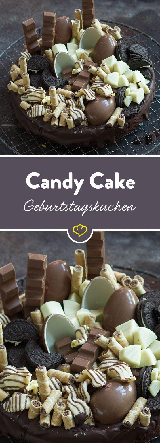 Super-duper Überraschungskuchen für ganz besondere Geburtstagskinder: Ein saftiger Schokoladenkuchen, getoppt von Schokoriegeln, Überraschungseiern, Oreo-Keksen und Waffelröllchen – ganz so, wie es erwachsene Kinder mögen. #geburtstagskuchenkinder