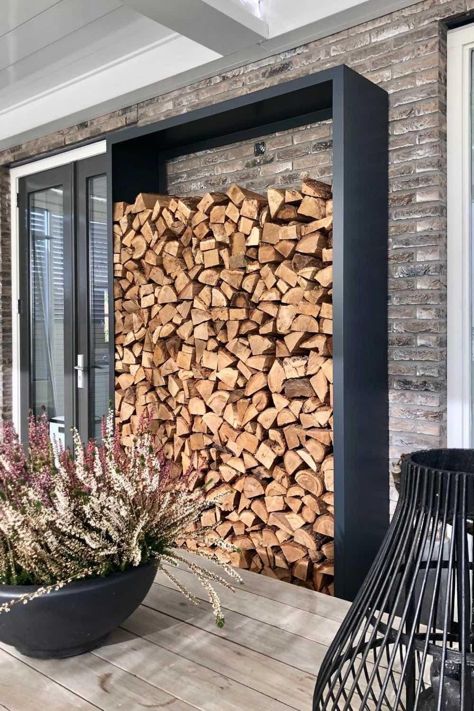 Holzlager aus Metall im Wintergarten