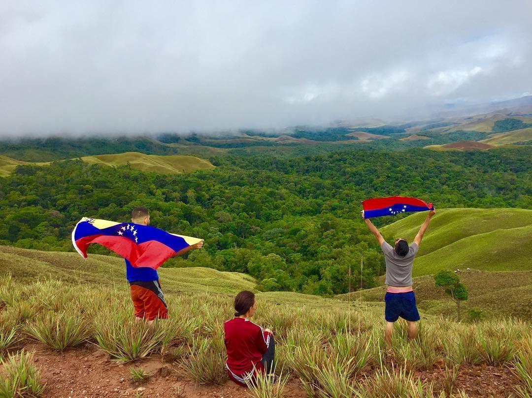 Tierra bondadosa de  gigante  turismo  y  de incomparable  calor humano,  que reconocemos  y extrañamos con profunda tristeza cuando de ella, nos alejamos. #venezuela #tricolor #brothers #friends #boyfriend #landscape #park #nature #girl #world #design #fashion #colors #2017 #voluntad #fuerza #caracas #montana #follow #followback #like4like #likeforlike #photo #photography #photographer #cute #beauty #2017 #camera http://tipsrazzi.com/ipost/1508351066780343447/?code=BTuvU28BhyX