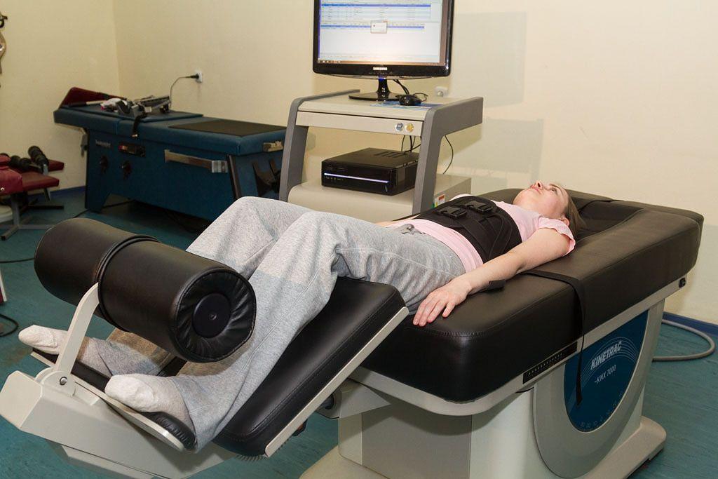 Сегодня существует немалосредств для лечения дегенеративно-дистрофических заболеваний позвоночника и грыжи межпозвонковых дисков, однако многие из них нев состоянииоказыватьдействительно заметный и длительный эффект. Большинством специалистов в области лечения данного заболевания наиболее действенным по праву признается метод вытяжения спины. А одним из наиболее эффективных и безопасных аппаратов для растяжения спины является Kinetrac-KNX7000.