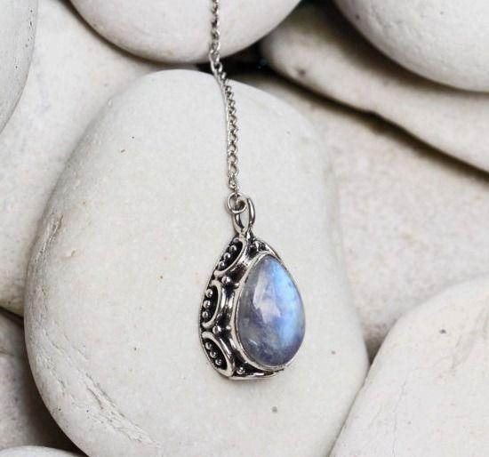 Larme de Lune - pendentif pierre de lune et chaîne en argent : Collier par yaelle-bali-jewelry