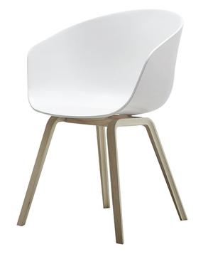 About A Chair erdesignet av Hee Wellingfor HayAAC 22/23 - Wood base/with armrest. En av våre bestselgere, kom gjerne innom showroomet for å prøvesitte :) Skall: Hvit Polypropylene Ramme: Eik W:50 x D:59 x H:46/80 cm. På lager til omgående levering!