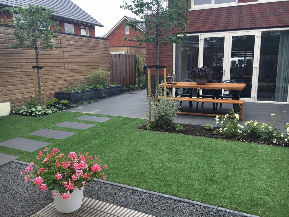 Grote Tegels Tuin : Kindvriendelijke tuin met kunstgras en grote tegels tuin