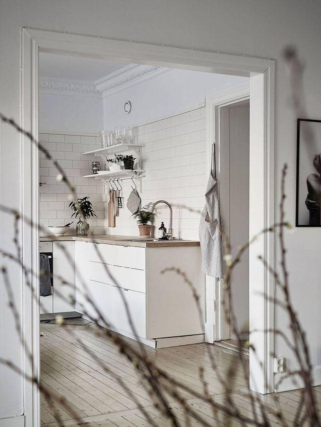 Cocina nórdica con baldosa metro y encimera de madera (delikatissen ...
