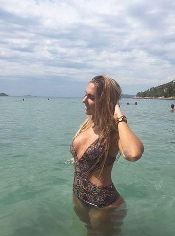 Carol Portaluppi refresca o sábado com foto sensual ao mar, mas apaga o clique