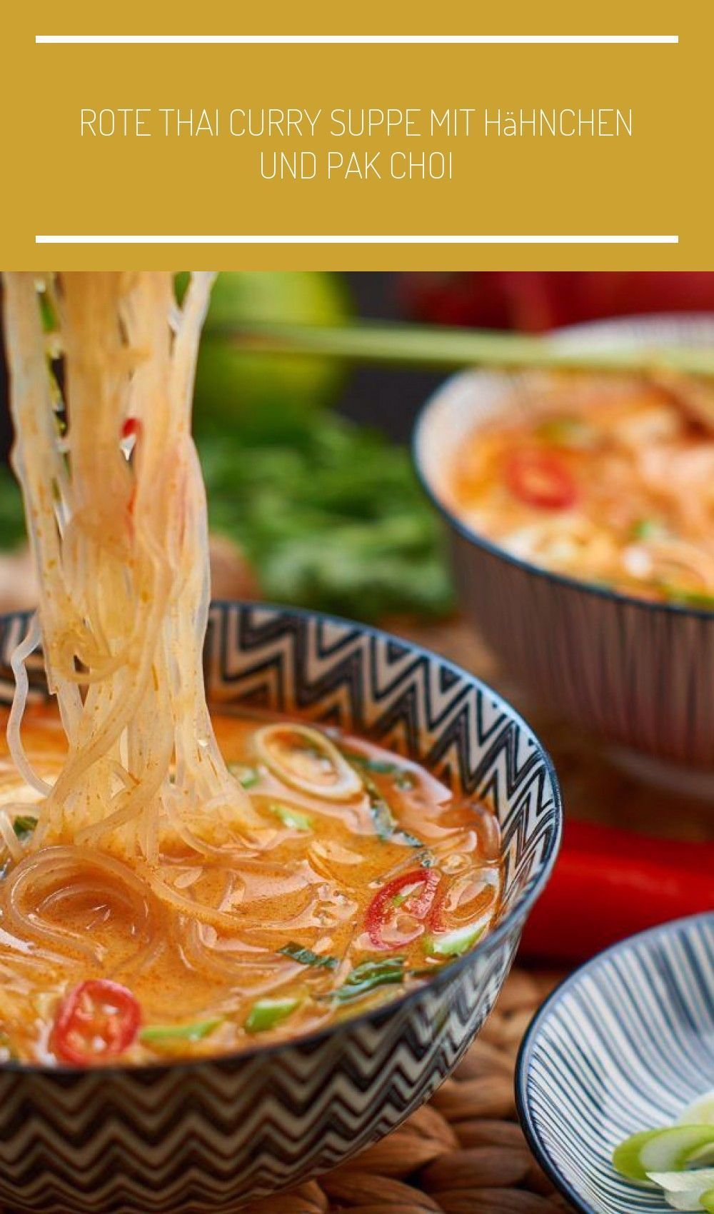 Rote Thai Curry Suppe mit gekochtem Hühnerfleisch und Pak Choi - Thai Red Curry Soup with cooked Chi...