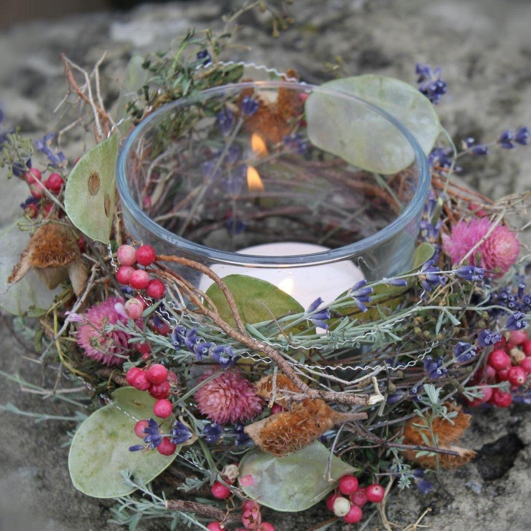 Herbstdekoration mit einer Kerze
