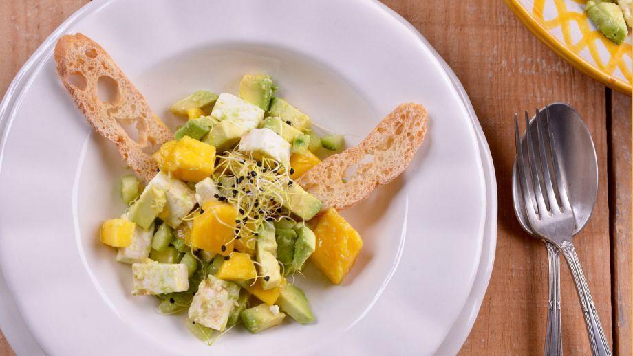 Ensalada de aguacate, mango, pepino y queso feta - Receta - Canal Cocina