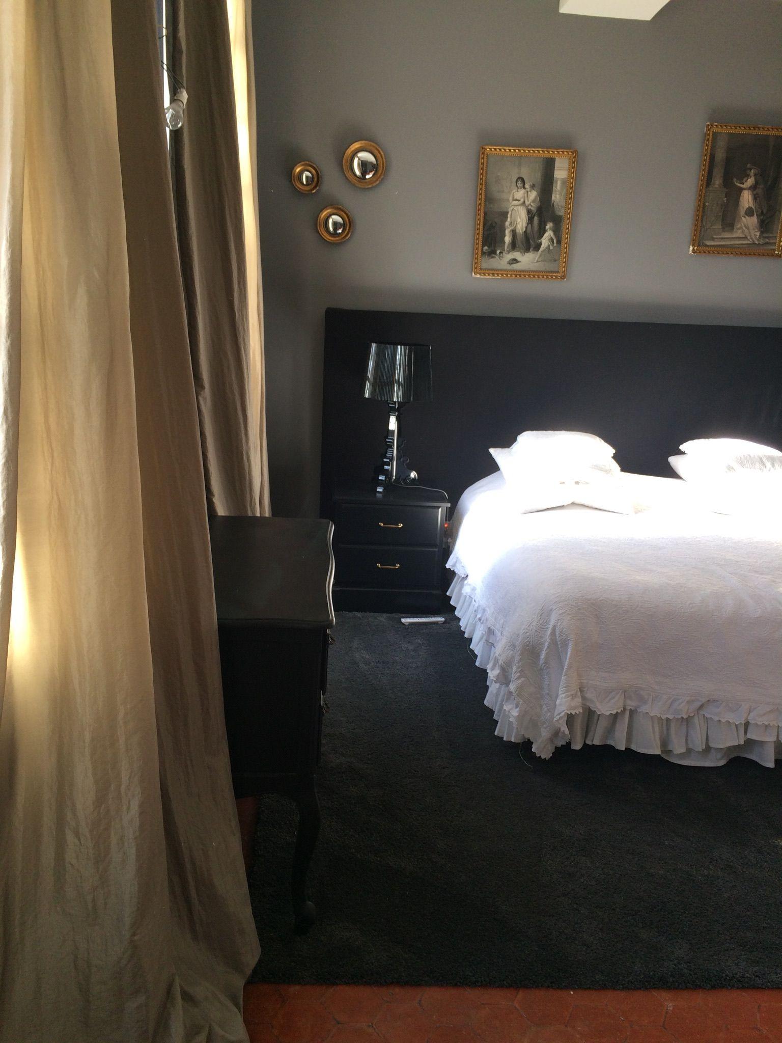 Chambre, rideaux taffetas, lampe bougie de Kartell, tête de lit ...