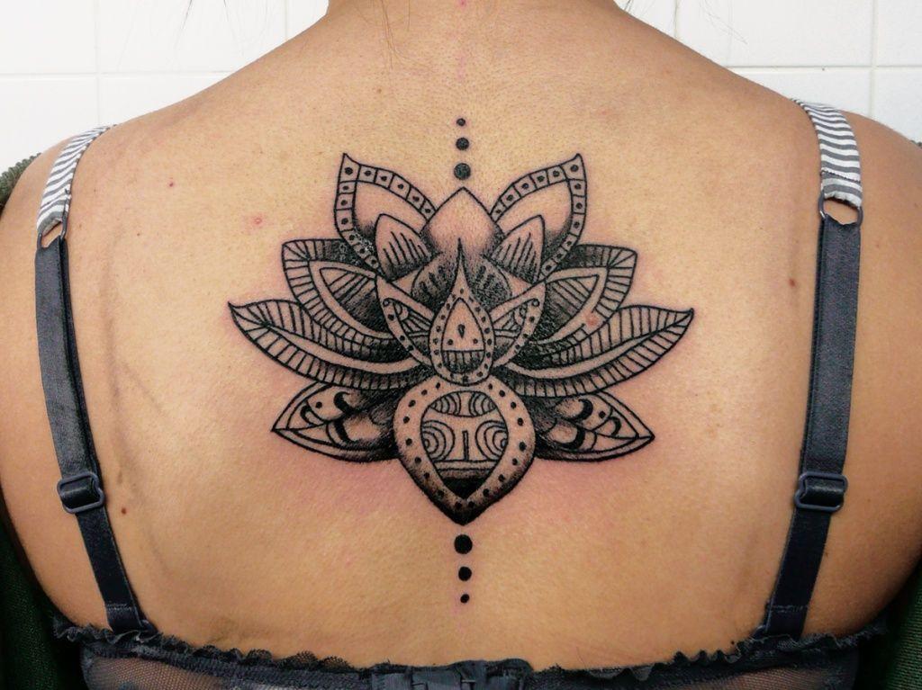 Lotus mandala dos encre noire tatoo tattoo and tatoos - Tatouage nuque femme ...
