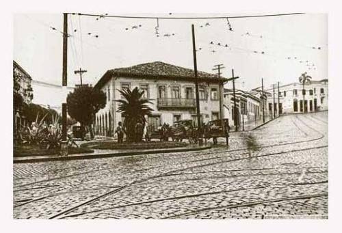 Década de 30 - Largo do Riachuelo, no trecho correspondente hoje à Praça da Bandeira. À esquerda do casarão, a rua Asdrúbal do Nascimento e, à direita, a ladeira que dá início à rua Santo Amaro.