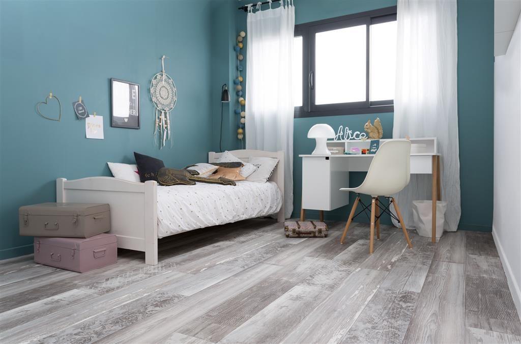 Combineer een lichte vloer met een uitbundige kleur op de muur