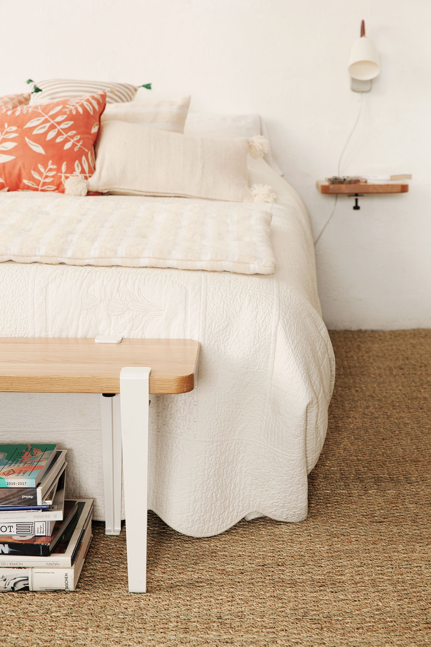 Chambre moderne et chaleureuse dans les tons crème et rose. Petit ...