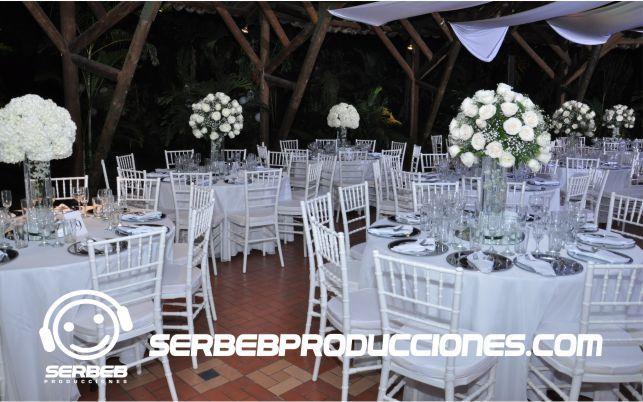 Se manejo para la decoración de esta Boda sillas tiffany de color blanco