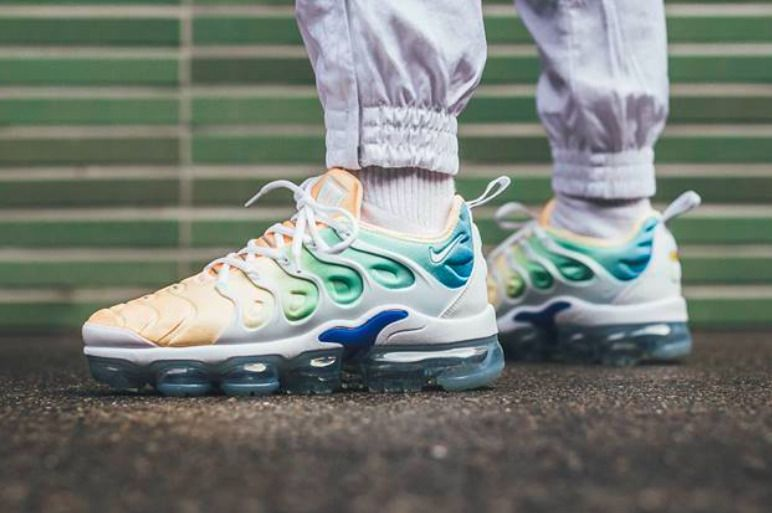 half off ff567 74a40 NIKE W AIR VAPORMAX PLUS   TOTAL CRIMSON-WHITE-BLUE   AO4550-100 DS  TRAINERS  Nike  LowTop