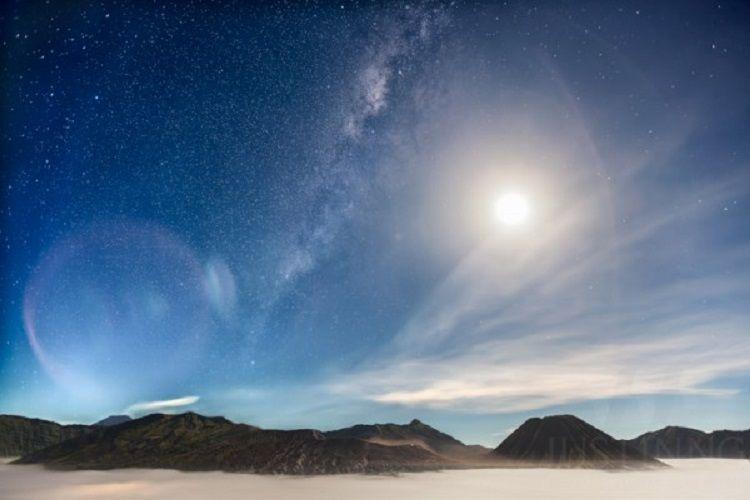 La Vía Lácteta en contraste con una brillante luna al este de Java, Indonesia (Justin Ng, 2015)