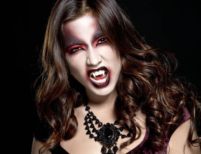 Chica Con Maquillaje Para Halloween Mujer Vampiro Con Colmillos - Maquillaje-de-vampiro-mujer