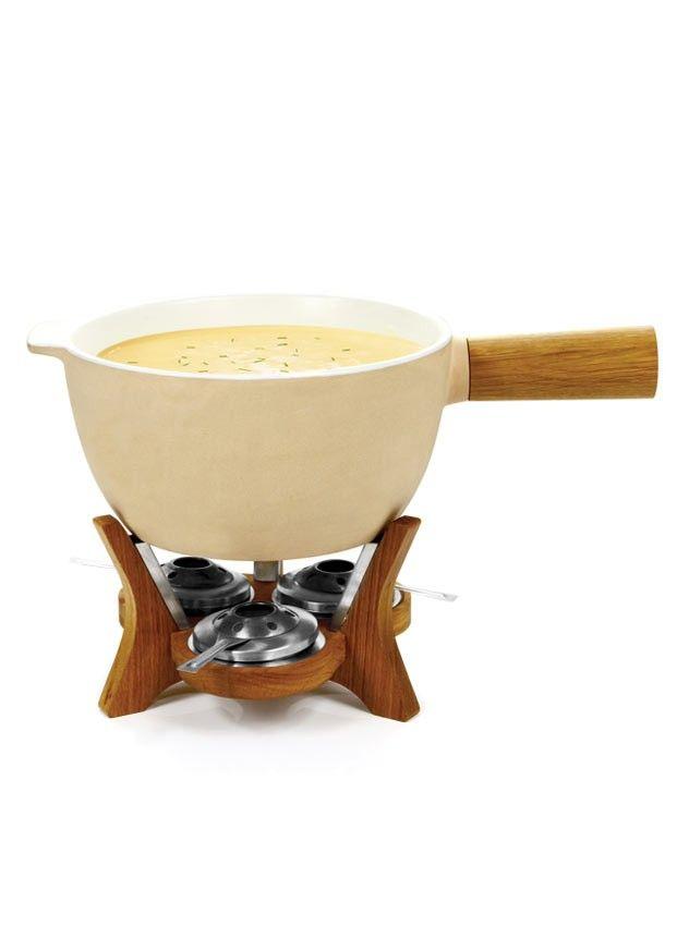 Boska Party Fondue Mr. Big  Was ist gemütlicher als mit einer Gruppe von Freunden oder Familie zusammen ein Käsefondue zu machen? Speziell für Feste und Parties gibt es nun das Fondueset Mr. Big. Eine supergrosse Käsefonduepfanne, gemacht aus feuerfester Keramik. Die macht jedes Fest mit! Denn Käsefondue ist auch ein toller warmer Snack. Mr. Big bietet Platz für mehr als 6,5 Liter Käse-, Schokolade- oder Chinesischem Fondue. Ein echter 'eye catcher', mit dem Sie ohne Zweifel allem die Show…