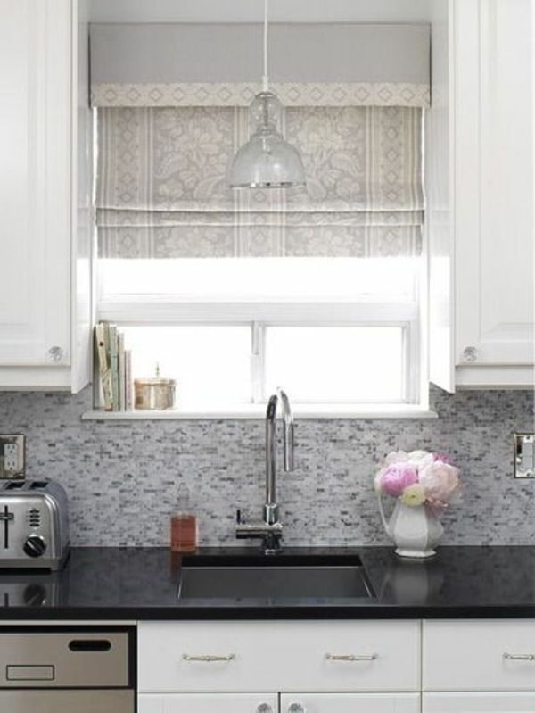 stilvolles raffrollo in der küche heles muster Gardinen - fenster gardinen küche