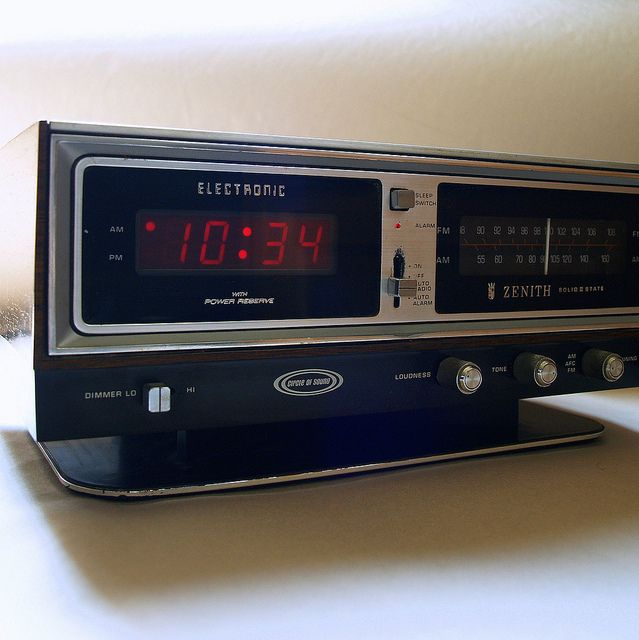 OLD SCHOOL MUSIC Circle of Sound Clock Radio Vintage Zenith Solid ...