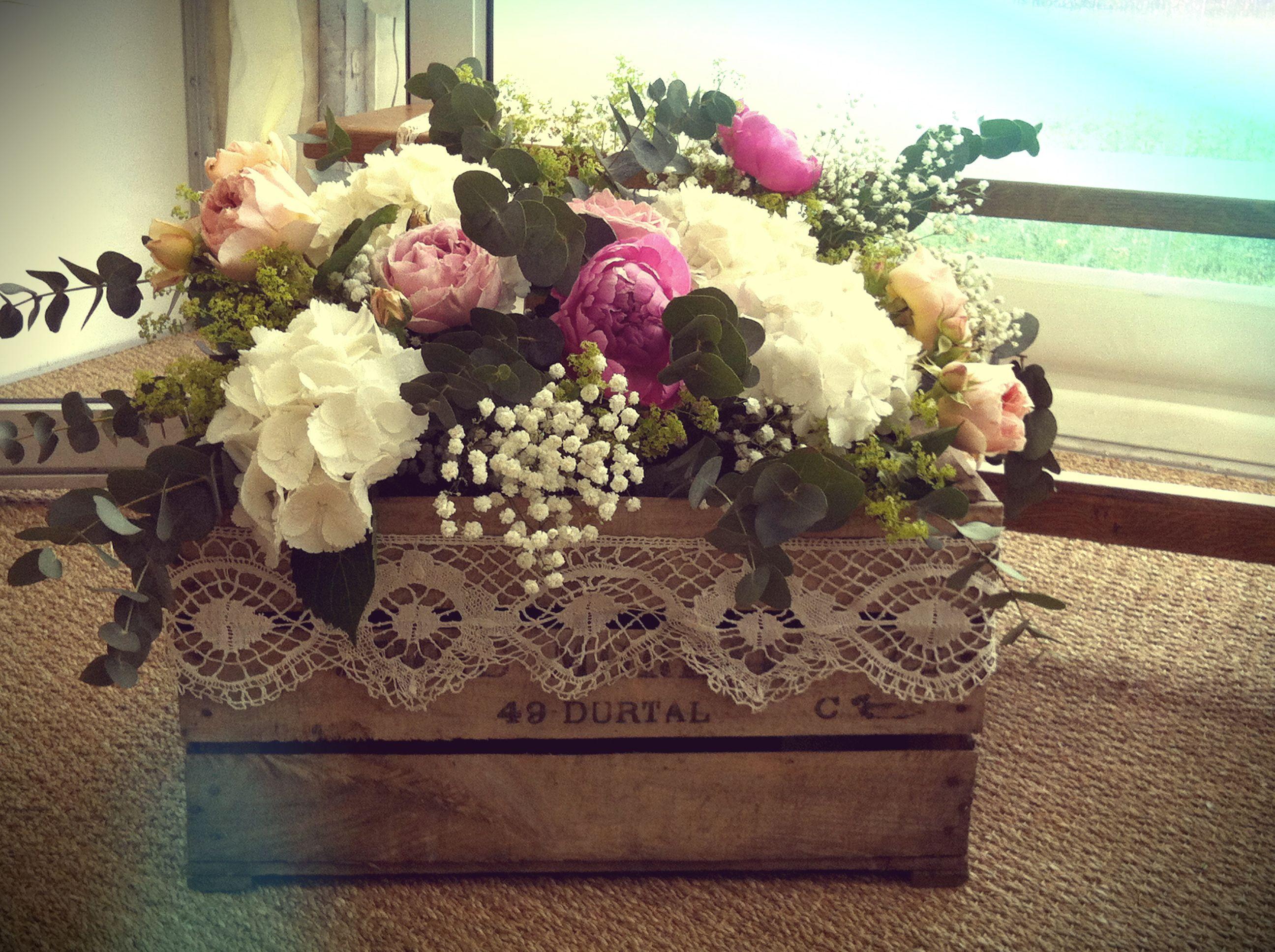 mariage champ tre bouquet dans une vieille caisse en bois. Black Bedroom Furniture Sets. Home Design Ideas