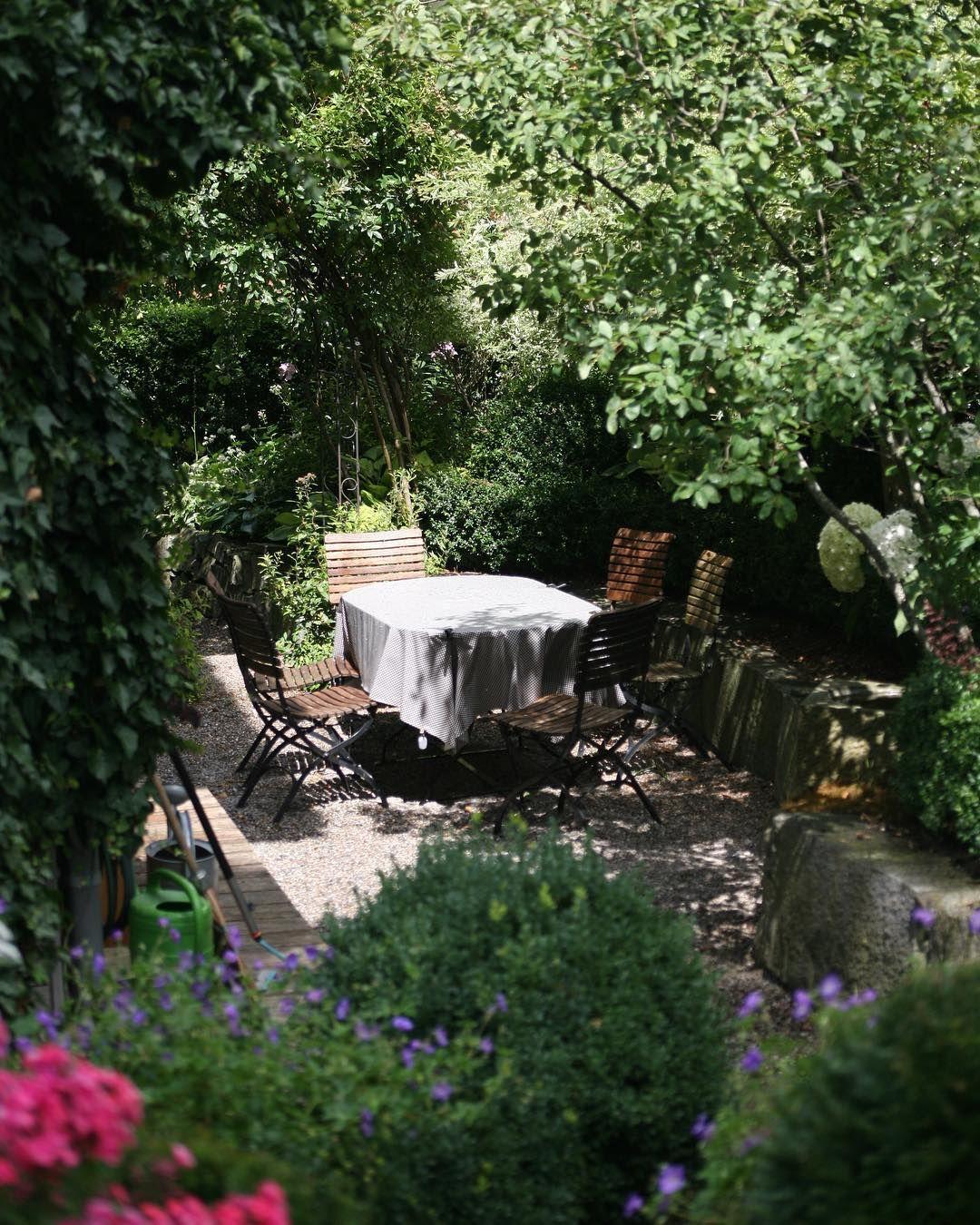 Inmitten Von Grun Oder Vom Grun Umzingelt Ubrigens Ist Die Grenze Zum Nachbarn Hier Ganz Nah Sitzplatz Garten Gartengestaltung Ein Schweizer Garten