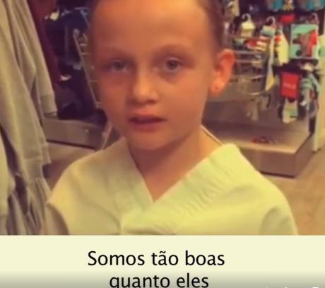 Menina de 8 anos se indigna com os dizeres das roupas 'de menina'