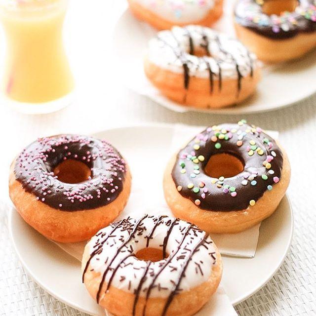 """Cette photo c'est ma recette la plus réepinglée en ce moment sur Pinterest  n'hésitez pas à me suivre sur ce réseau également ! Sur Pinterest je publie, entre autres, des inspirations de sweet tables, des DIY, des printables pour vos anniversaires !  Pinterest :  liliebakery  Hâte de vous y retrouver ! • recette des donuts sur mon blog, mot-clé """"donuts"""" •"""