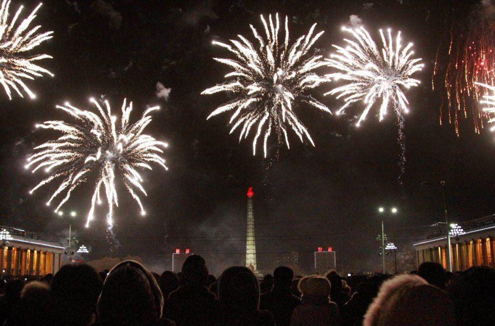 Celebraciones de Año Nuevo en el mundo La ciudad de Pyongyang (Corea del Norte) celebra la llegada del nuevo año con fuegos artificiales sobre la 'Tower of the Juche Idea'.