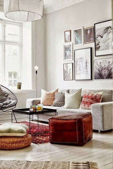 Verschieden große Bilderrahmen an der Wand wirken super als - blauer teppich wohnzimmer