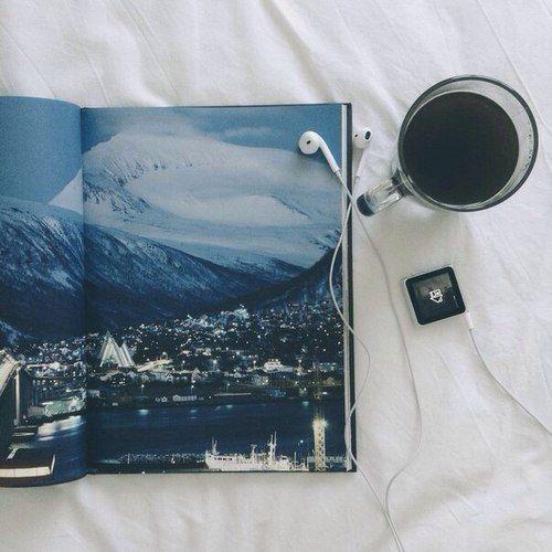 где-то в отеле,планируя куда пойти в том городе с картинки ...
