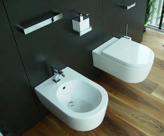 Flaminia Link WC wandhängend art. 5051/WC und Flaminia Link Bidet wandhängend art. 5051/B weiß, kombiniert mit Gessi Rettangolo Badaccessoires