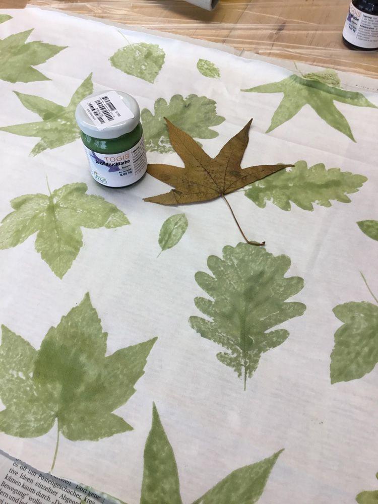 diy stoffdruck mit getrockneten bl ttern und kologischer textildruckfarbe textile druck und. Black Bedroom Furniture Sets. Home Design Ideas