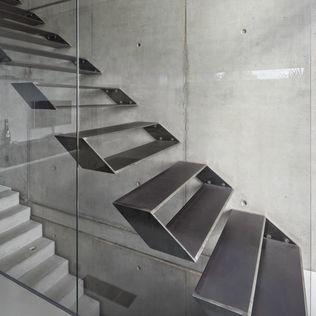 5 alucinantes escaleras combinadas con vidrio