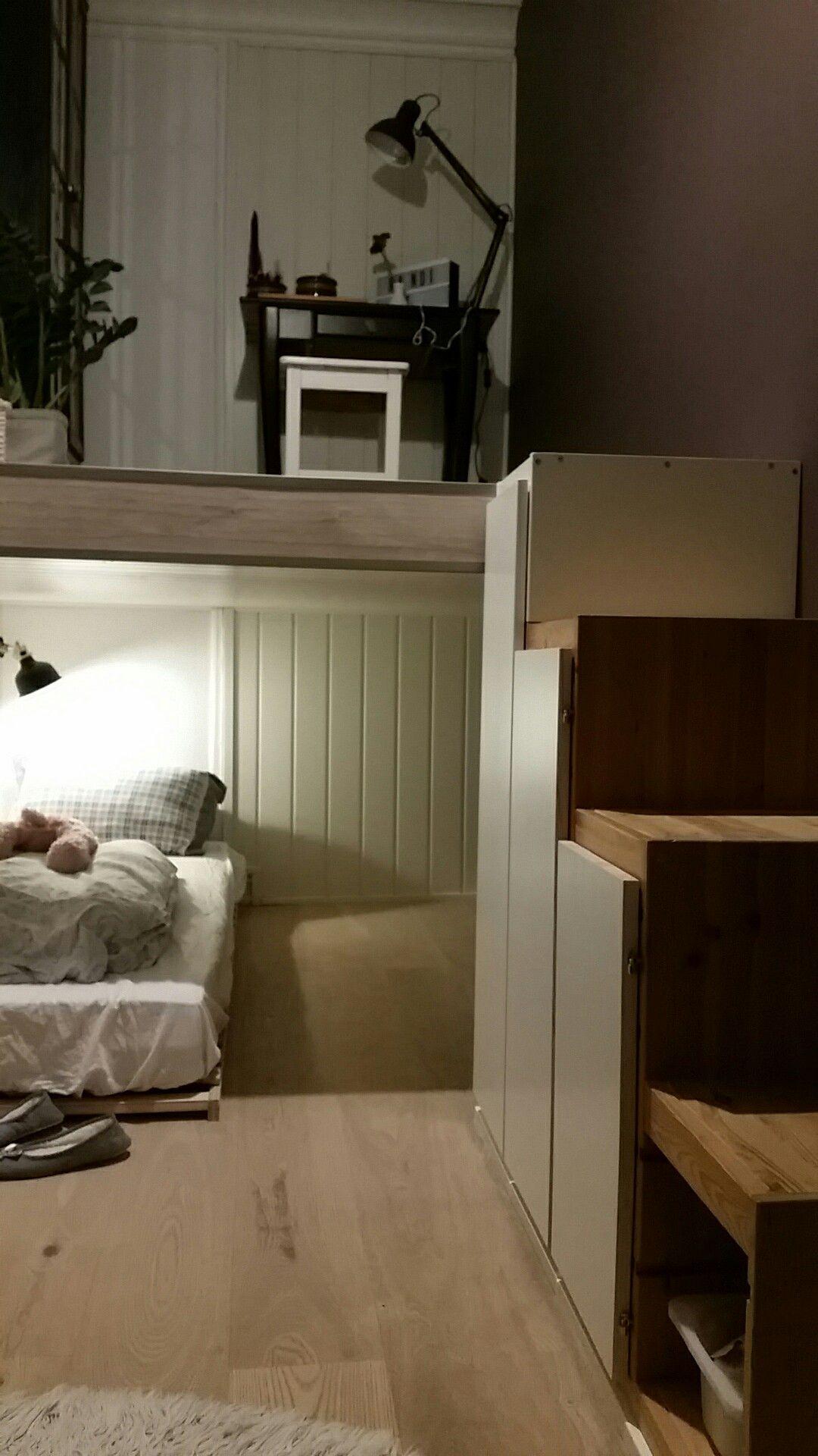 Ikea hack. Utnytte kvadratmetre og takhøyde med hems og ikeas Trofast som trapp. Seng under - skrivebord oppå.