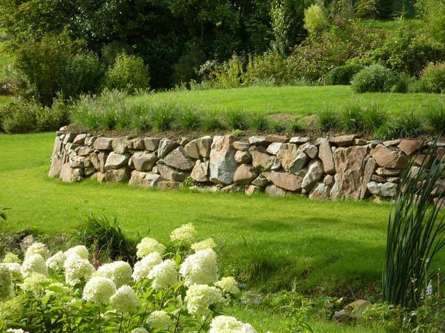 Jardin avec muret en pierres et pelouse   JARDIN Aménagement ...