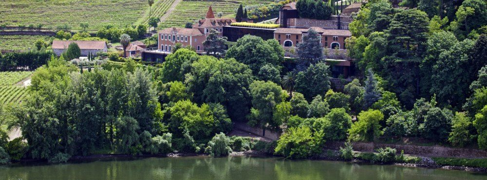 Portugal_Douro_Six-Senses-Douro-Valley_Extra_Exterior_from_river2_6107-A4-1000x370.jpg (1000×370)