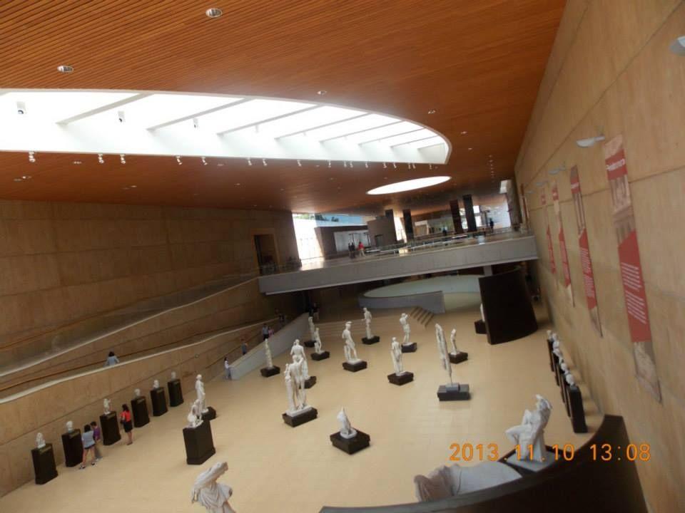 Museo de Arte e Historia de León, Guanajuato. Sala del Canon Griego. Esta sala tiene como función unir los dos fines primordiales de nuestro museo: la educación cultural y la apreciación artística; en ella el visitante podrá dedicarse al disfrute, a la comprensión y al análisis de las piezas, además de tener la posibilidad de acercarse a este tema universal a través de ejercicios de dibujo.