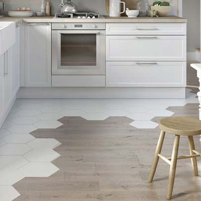 carreaux de ciment de forme hexagonal blanc fleur avec le parquet dans cuisine travaux. Black Bedroom Furniture Sets. Home Design Ideas