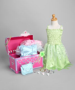Any pretty princess will dazzle thanks to this perfect dress-up trunk set. Filled with oodles of frills and shining gowns, this shimmering and feathery collection brings a little regal flair to any fun and fanciful playtime party.