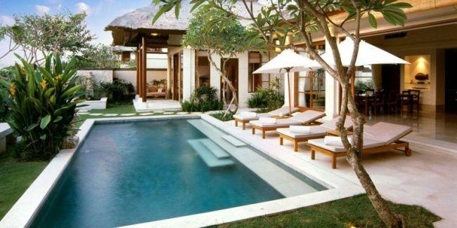 garten mit pool tropisch flair chaiselonge pflanzen baeume, Garten Ideen