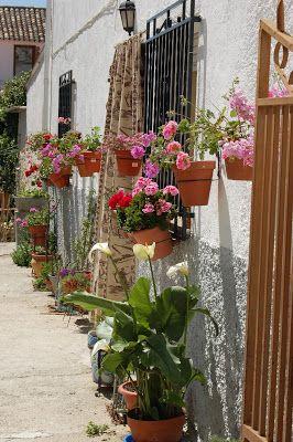El Blog de MA Fachada de casa andaluza decorada con macetas