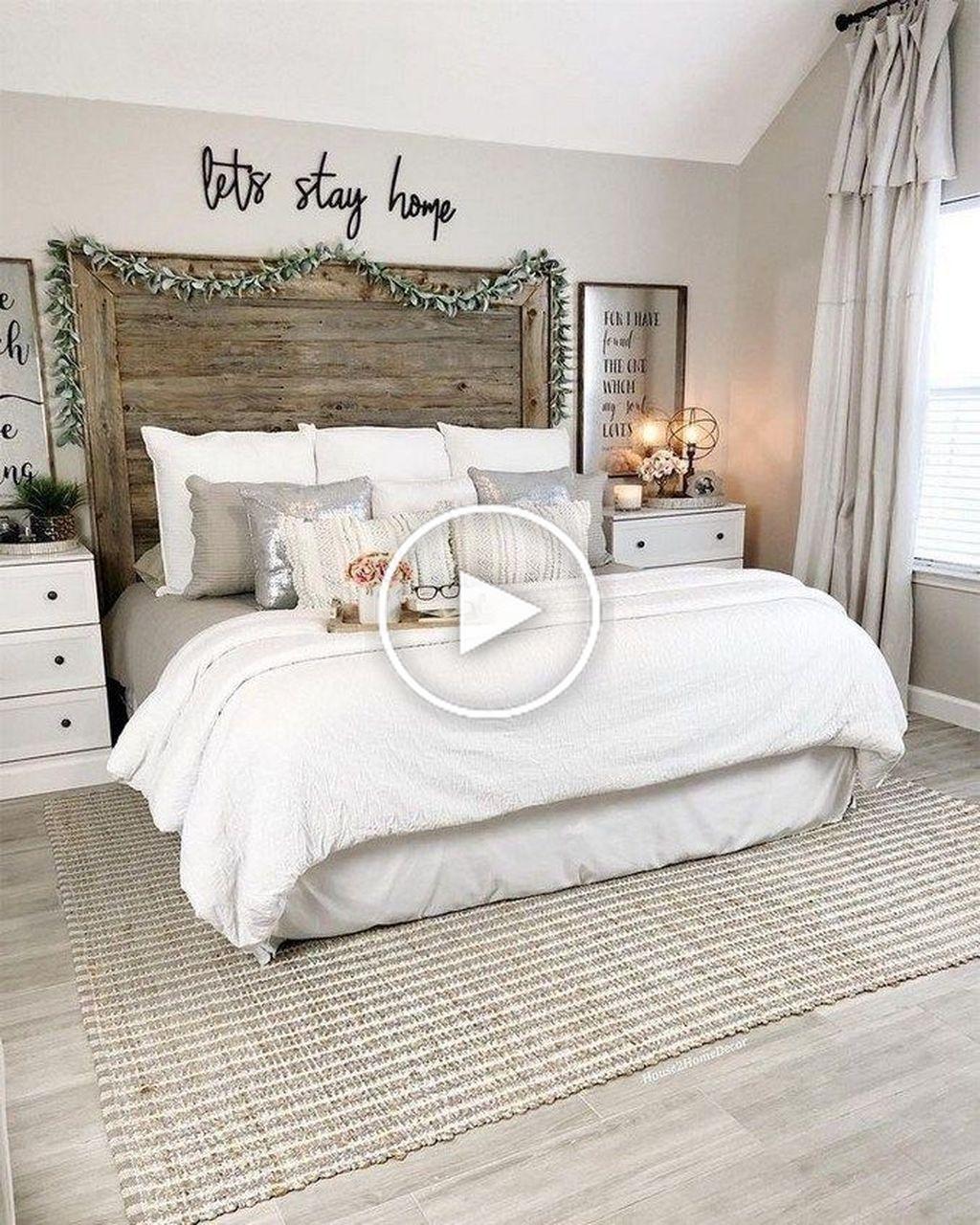 30 Magnifiques Idees De Renovation De Chambre De Ferme A Petit Budget Rustic Master Bedroom Farmhouse Style Master Bedroom Master Bedrooms Decor