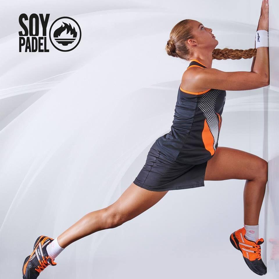Una de las principales novedades de esta colección es la nueva falda-pantalón de la línea de mujer.   Esta prenda combina la estética de la falda con la comodidad de los shorts y juega con colores eléctricos como el naranja y fucsia flúor, ¡elegancia en la pista! http://beesa.me/1TocESw #sport #deporte #padel #calzado #zapatillas #shoes #sneakers #camisetas #pantalones
