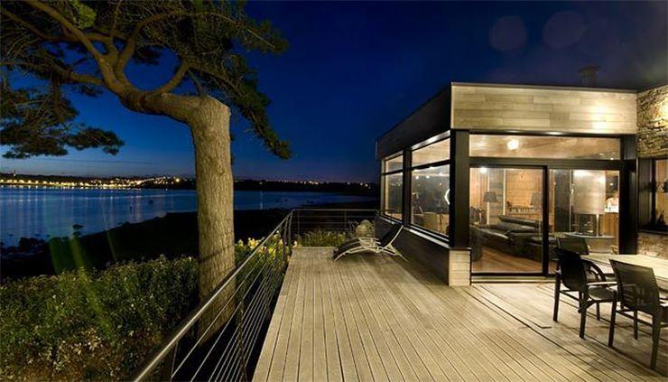 Maison en bois construite en Bretagne au design intérieur moderne