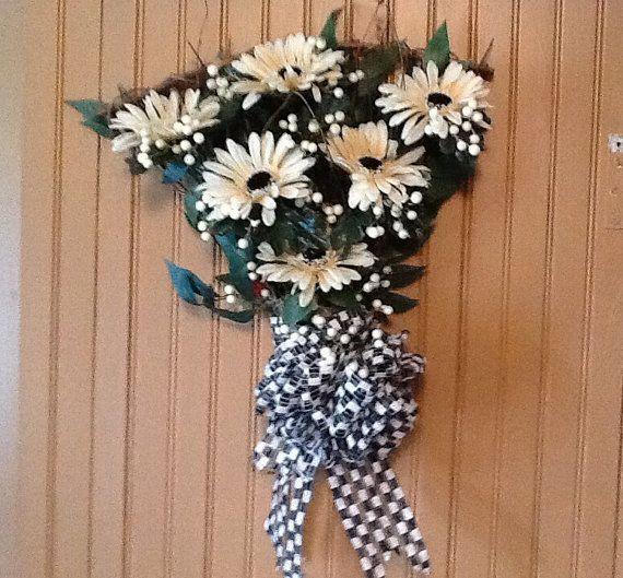 Grapevine floral fan, daisies fan arrangement, beige and black arrangement, grapevine floral,  grapevine floral fan
